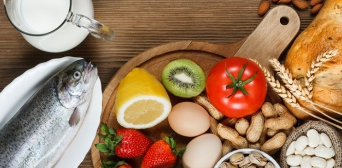 While food allergies can be either mild or life threatening, fever is not a symptom that is