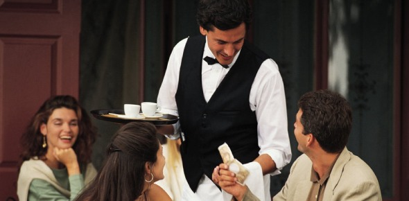 How much should you tip a waiter in America?