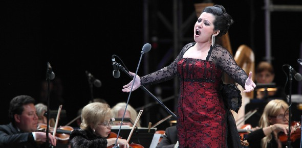 Can opera singers sing in orchestra?
