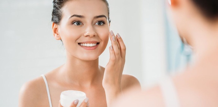 Avoiding winter acne requires some processes, such as: Keep your face clean. It's important to