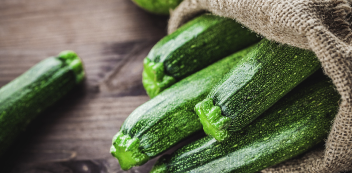Some people may think that cucumbers and zucchini are the same, but actually, they are different.