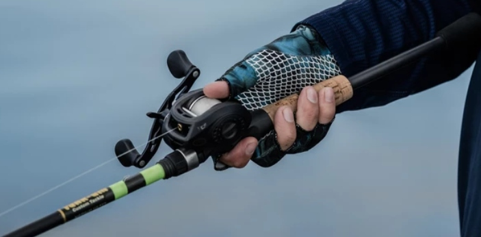 Used in fishing, bait cast and spinning reels both have basic designs. Baitcast reels allow for the