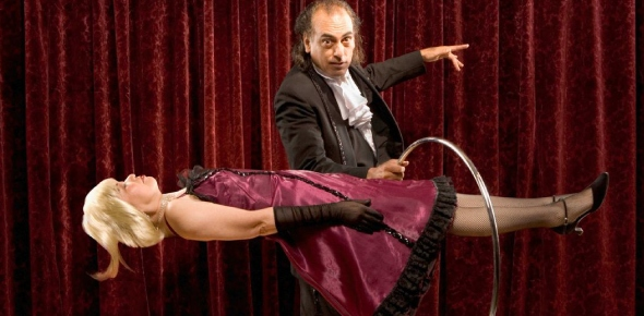 Which magicians died while doing a dangerous magic trick?